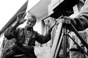 tibet-mann-posiert-vor-graflex-langmusi-amdo-osttibet-2000